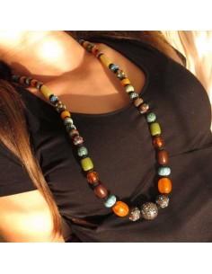 long collier à grosses perles multicolores