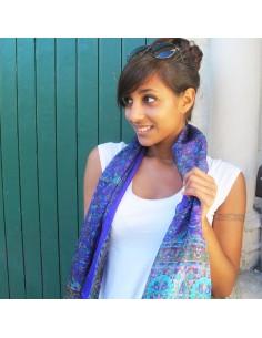 Foulard en soie violet à motifs fleurs