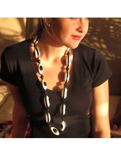 gros collier en résine noir et blanc