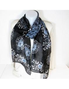 Foulard en soie noir et gris à motifs ethniques