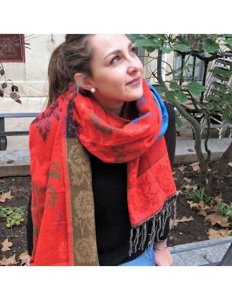 Large écharpe rouge à fleurs