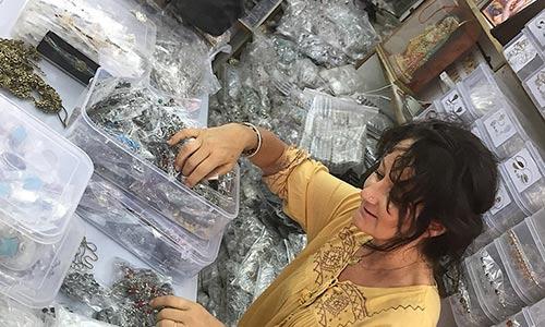 je choisie des bijoux en Inde