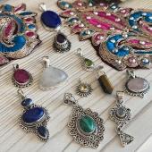 Ils sont en ligne à partir de demain 👌🏻 restez connecté pour la nouvelle collection de nos pendentifs en argent ❤️ Www.bijouxindiens.net