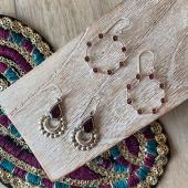 Le grenat est une pierre naturelle qui apporte force, courage et détermination. Elle symbolise la pureté des intentions, l'amour de la vérité, l'intégralité dans ses actions. Le grenat est une pierre qui renforce l'énergie vitale. Elle est excellente pour la circulation sanguine, la tension artérielle et les troubles du coeur. Découvrez tous nos bijoux en Grenat sur le site www.bijouxindiens.net