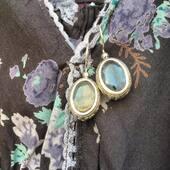 Cette magnifique paire de boucles d'oreilles en argent travaillé et labradorite taillée est la dernière paire disponible sur la boutique en ligne les filles! 🥰 Rendez vous de suite sur www.bijouxindiens.net
