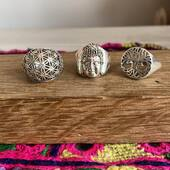 Viens jeter un coup d'œil à toutes nos bagues en argent symboliques ❤️ Fleur de vie, Bouddha, arbre de vie, ganesh et pleins d'autres modèles t'attendent ! ☺️ Www.bijouxindiens.net
