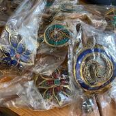 Déballage de la nouvelle collection ! Nos barrette colorées en laiton arrivent très vite sur le site ! Certains piques à cheveux et barrettes argentées sont déjà en ligne 😍😍😍 Venez vite les découvrir ❤️🎁 Www.bijouxindiens.net