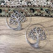 Cette jolie paire de créoles stylées arbre de vie en plaqué argent vous attends sur le site les filles ! Www.bijouxindiens.net