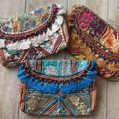 Il est grand temps de vous parler de nos magnifiques sacs à bandoulières bohème chic colorés 😍 Bleu, blanc, marron, vert et pleins d'autres couleurs vous attendent sur la boutique en ligne !  Www.bijouxindiens.net