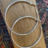 Le bijou indémodable et primordial dans notre boîte à bijoux les filles: la paire de créole 🤩🤩 Argent, plaqué argent ou en laiton elles sont disponibles sur la boutique en ligne⤵️ Www.bijouxindiens.bet