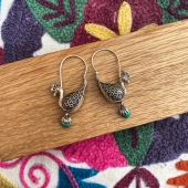 Après quelques mois d'attente... Nos magnifiques boucles d'oreilles paon en argent et malachite sont de nouveaux disponible sur le site ! 😍😍 Rendez vous tout de suite pour ne pas manquer l'occasion de vous offrir cette jolie paire ! 5 modèles disponibles seulement ! Www.bijouxindiens.net