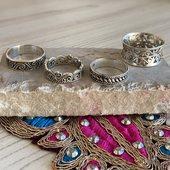Vous êtes plutôt bague fine ou grosse bague? Avec ou sans pierre? 🤔 argent ou doré?   N'hésitez pas à nous donner vos préférences afin de faire les meilleurs achats pour la future collection 🙏🏻  #bague #bagueargent #baguefine #bagueethnique #bijouxindiens #bijouxethniques #silverjewelry #anneaufin #alliance