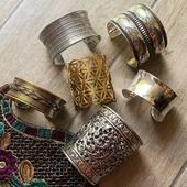 On ne parle pas assez de nos manchettes ethniques et pourtant qu'est ce qu'elles sont belles ! 😍🤩 Petites ou grosses, dorées ou argentées il y en a pour tous les goûts chez Mosaik ! ☺️ Www.bijouxindiens.net