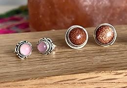 Les clous et puces d'oreilles en argent et pierres naturelles